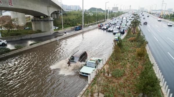 罕见暴雨致郑州地铁全线停运,12人死亡